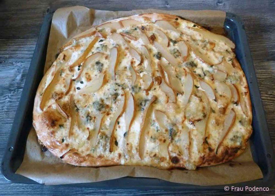Pizza mit Birne und Gorgonzola