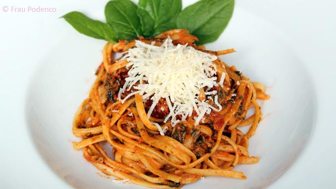 Pasta und cremige Tomatensauce verfeinert mit Babyspinat. Rezept