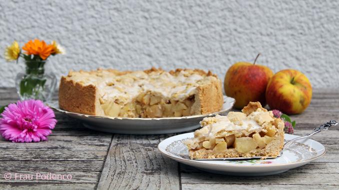 Gedeckter Apfelkuchen mit Zuckerguss