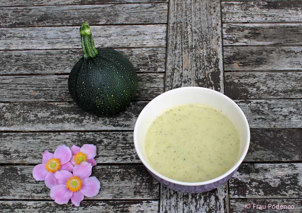 Das Rezept für vegetarische Zucchinicremesuppe ist schnell und einfach umzusetzen